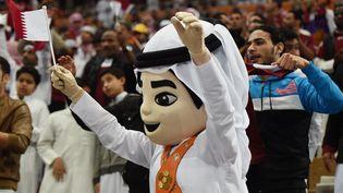 La mascotte du Mondial de handball 2015 organisé au Qatar lors du match entre le pays organisateur et la Slovénie, le 15 janvier 2015 à Doha. (FAYEZ NURELDINE / AFP)