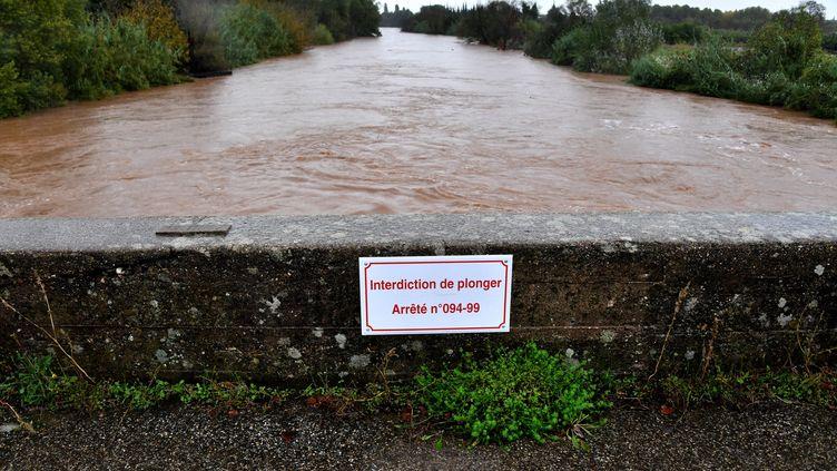 La rivière Argens à Roquebrune-sur-Argens (Var), lors d'une précédente crue, le 1er novembre 2018. (YANN COATSALIOU / AFP)
