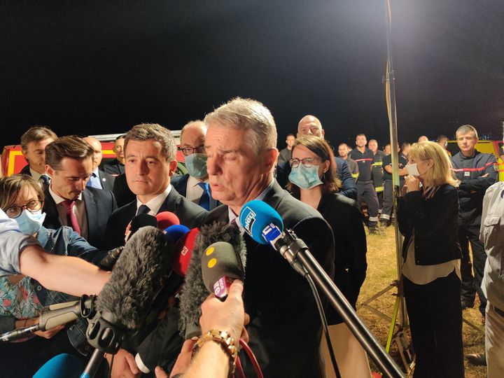 Le ministre de l'Intérieur Gérald Darmanin et le procureur de la République de la Drôme, Alex Perrin, sur les lieux de l'accident à Albon (Drôme), le 20 juillet 2020. (ALEXANDRE BERTHAUD / FRANCE-BLEU DRÔME-ARDÈCHE)