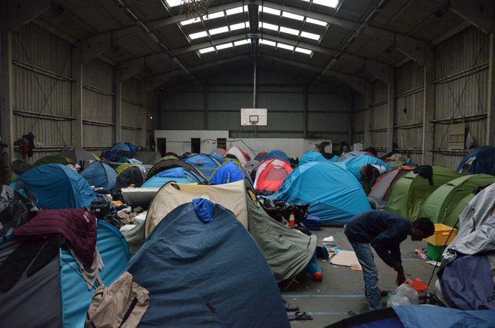 Le camp Tioxyde est divisé entre un gymnase désaffecté et un terrain de foot. (THOMAS BAIETTO / FRANCETV INFO)