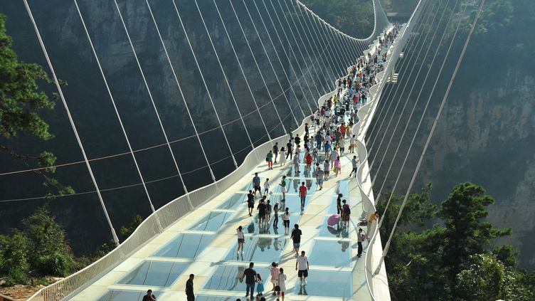 Le pont en verre de Zhangjiajie en Chine, réalisé par l'architecte israélienHaim Dotan.  (Long Hongtao / XINHUA)