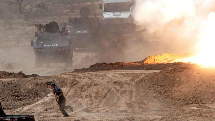 """Un homme présenté comme un """"terroriste"""" fuit à l'approche de militaire chinois à Kashgar, au nord-ouest du Xinjiang. Le 6 mai 2011, agence Chine Nouvelle. (SIPA)"""