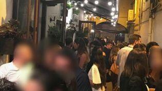 Le préfet de Perpignan (Pyrénées-Orientales) tape du poing sur la table. Les mesures sanitaires ne sont pas assez prises en compte par les clients des bars et cafés, il craint que le Covid-19 circule d'autant plus en raison de ce manque de vigilance. (France 2)