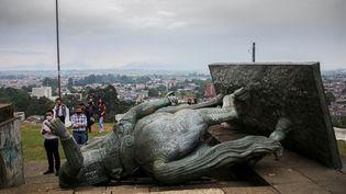 Une statue équestre représentant le conquistador espagnol Sebastian de Belalcazar, au sol, le 16 septembre 2020, à Popayan (Colombie). (JULIAN MORENO / AFP)