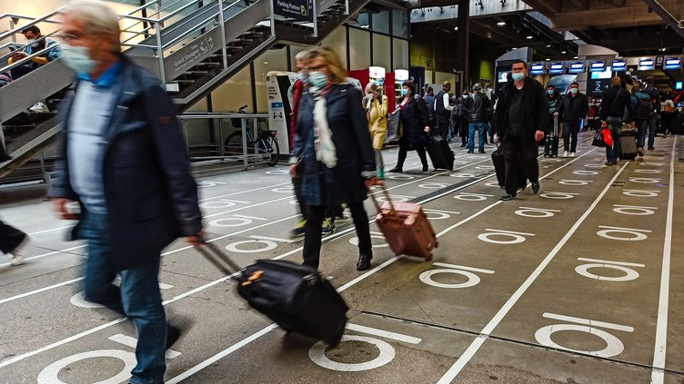 Des voyageurs à la gare de Montparnasse, à Paris, le 10 octobre 2020. (LILIAN CAZABET / HANS LUCAS / AFP)