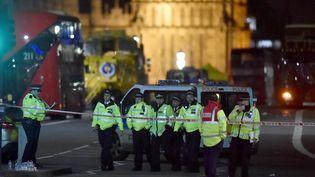 Des policiers sécurisent les lieux de l'attaque qui a eu lieu dans le centre de Londres, mercredi 22 mars. (HANNAH MCKAY / REUTERS)