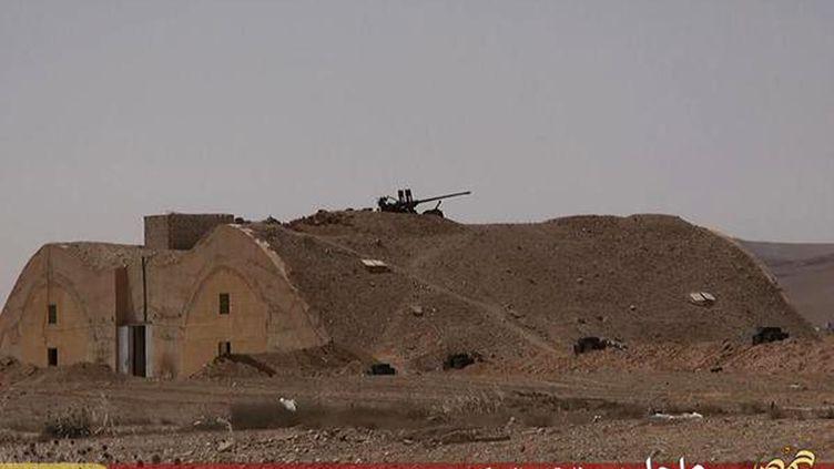 Des images diffusées par les jihadistes, le 21 mai 2015, présentées comme l'aéroport de Palmyre (Syrie) après la prise de contrôle par le groupe Etat islamique. (WELAYAT HOMS / AFP)