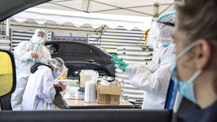 Une personne se fait tester au Covid-19 dans sa voiture, à Lanester (Morbihan), le 19 août 2020. (VINCENT GERBET / HANS LUCAS / AFP)