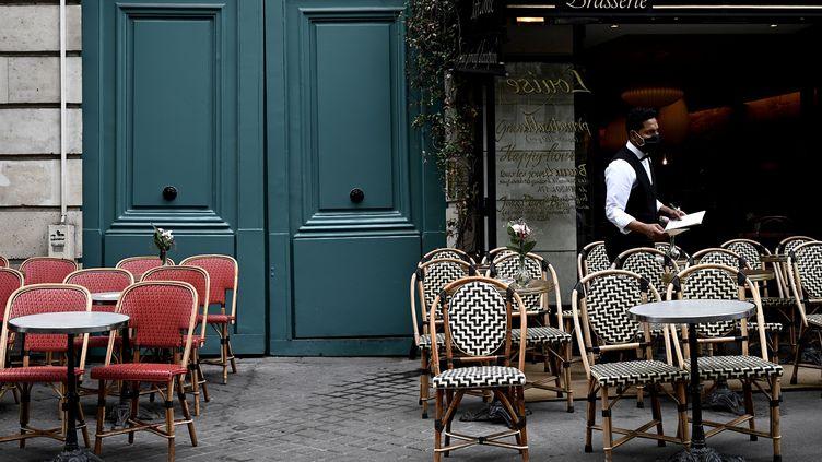 Un serveur à la terrasse d'un café à Paris, le 15 juin 2020. (PHILIPPE LOPEZ / AFP)