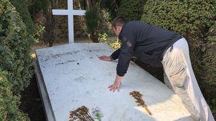 Le responsable des pompes funèbres inspecte la tombe du maréchal Pétain sur l'île d'Yeu (Vendée), le 10 avril 2019. (RAPHAEL GODET / FRANCEINFO)