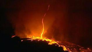 Capture d'écran montrant untourbillon de flammes au-dessus d'une forêt de la commune portugaised'Arganil, dans la région deCoimbra, au Portugal, le 7 octobre2017 (TVI / APTN)