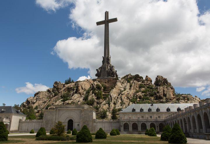 """L'abbaye bénédictine située derrière la façade principale du """"Valle de losCaídos"""", mercredi 5 juin 2019. (JULIETTE CAMPION / FRANCEINFO)"""