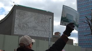 A Oslo, une chaîne humaine braveles risques épidémiologiques pour protéger cette façade d'immeuble signée Picasso, promise à la démolition. (PIERRE-HENRY DESHAYES / AFP)