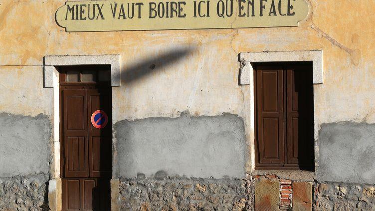 La façade d'un bistrot de la Bollène-Vésubie dans les Alpes-Maritimes (photo d'illustration). (VALERY HACHE / AFP)