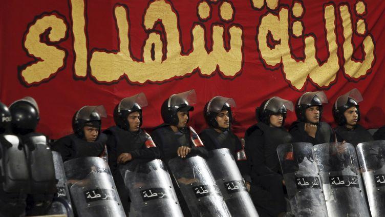 La police anti-émeute égyptienne à Alexandrie le 23 février 2013. (AMR DALSH / REUTERS)