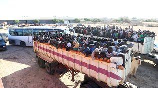Des migrants transférés d'un camp à un autre, à Sabratha, en Libye, le 7 octobre 2017. (MAHMUD TURKIA / AFP)