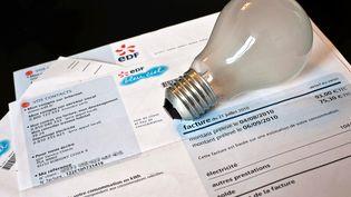 Une facture d'électricité. (JEFF PACHOUD / AFP)