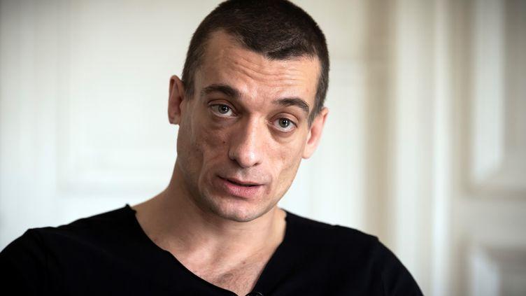 L'artiste contestataire russe Piotr Pavlenski, qui affirme être à l'origine de vidéos privées attribuées à Benjamin Griveaux, lors d'un entretien avec l'AFP, le 14 février 2020. (LIONEL BONAVENTURE / AFP)