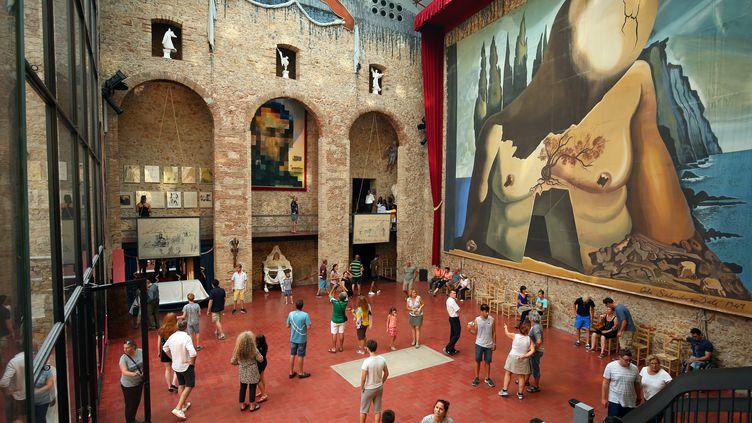 Des visiteurs du musée Dali, à Figuere, circulent autour de la tombedu peintre espagnol, le 13 juillet 2017. Le corps de Salvador Dali doit être exhumé le 20 juillet pour des prélèvements ADN. (ALBERT GEA / REUTERS)