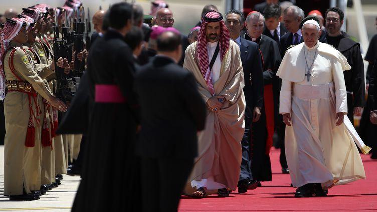 Le pape François est accueilli par le prince jordanien Ghazi Ben-Mohamed, à Amman (Jordanie), le 24 mai 2014. (MUHAMMAD HAMED / REUTERS)