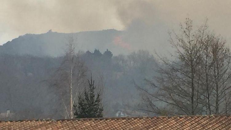 Vue de l'incendie depuis Ascain (Pyrénées-Atlantiques). (PAUL NICOLAÏ / FRANCE-BLEU PAYS BASQUE)