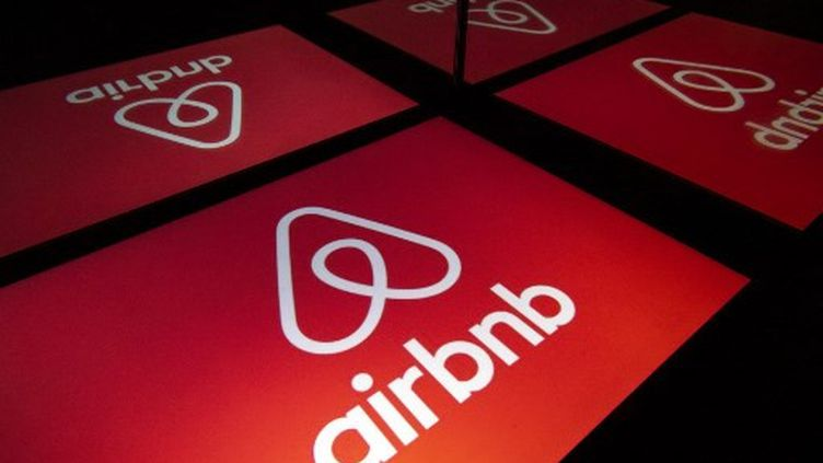 Le logo de la plate-forme Airbnb. (LIONEL BONAVENTURE / AFP)