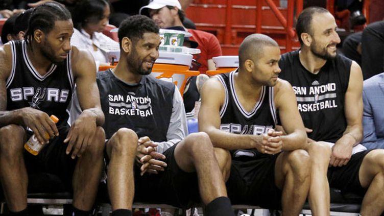 Le banc des Spurs tout sourire, Kawhi Leonard, Tim Duncan, Tony Parker et Manu Ginobili