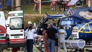 Un spectacteur est évacué en hélicoptère après un accident sur le prologue du Dakar-2016, dans la province de Buenos Aires (Argentine), le 2 janvier 2016. (FRANCK FIFE / AFP)