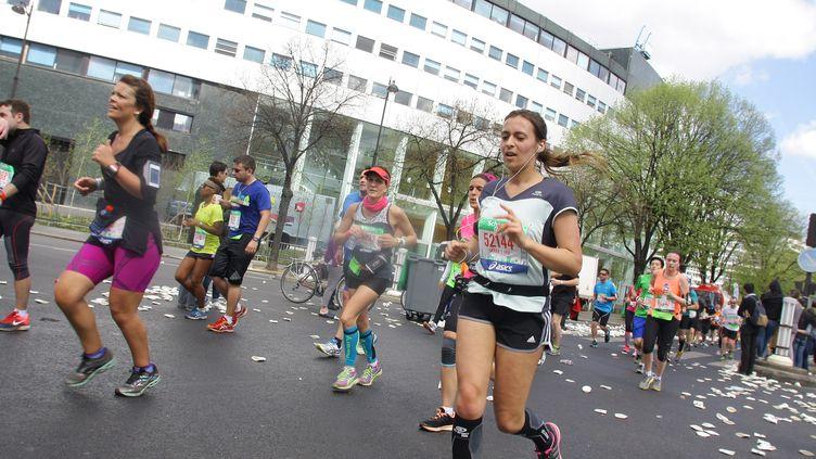 Les participants au Marathon de Paris passent devant la Maison de la Radio, le 12 avril 2015. (CITIZENSIDE/GIUSEPPE AMOS / CITIZENSIDE)