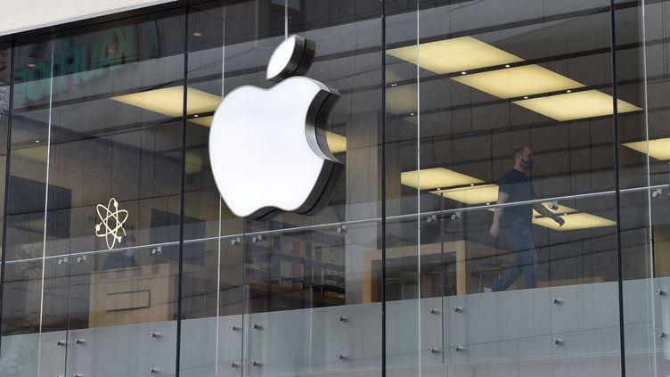Apple écope d'une amende record de plus d'un milliard d'euros infligée par l'Autorité de la concurrence, le 8 juillet 2021. (CHRISTOF STACHE / AFP)