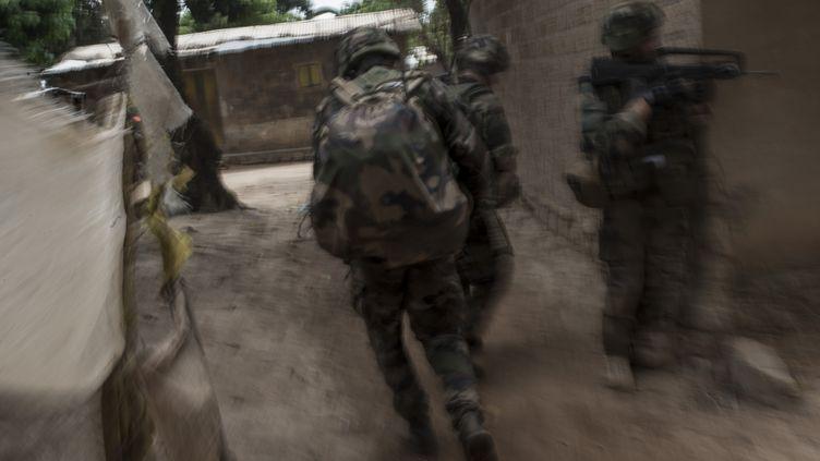 Des soldats français patrouillent dans Bangui, en Centrafrique, le 9 décembre 2013. (FRED DUFOUR / AFP)