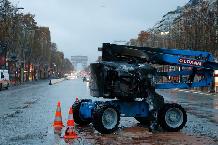 Une grue calcinée, le 25 novembre 2018 sur les Champs-Elysées. (FRANCOIS GUILLOT / AFP)