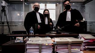 AlainJakubowicz (gauche), Valentine Pariat (centre) etMathieu Moutous (droite), avocats de Nordahl Lelandais, au palais de justice de Chambéry (Savoie), le 3 mai 2021. (JEFF PACHOUD / AFP)
