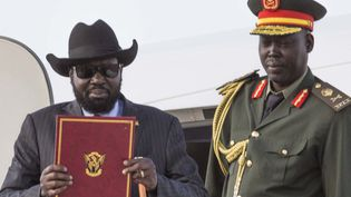 Le président du Soudan du Sud, Salva Kirr, de retour à Juba, avec une copie de l'accord de cessez-le-feu et de partage du pouvoir signé enre le pouvoir et les rebelles de Riek Machar le 6 août 2018. (AKUOT CHOL / AFP)