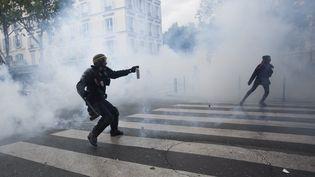 Un policierdurant une manifestation contre la loi Travail à Paris, le 13 mai 2016. (LEWIS JOLY / SIPA)