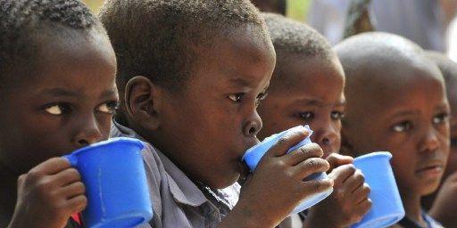 Repas à l'école primaire de l'Amitié à Zinder, au Niger, le 1er Juin 2012. Quelque 238 écoles dans la région de Zinder bénéficent d'un programme de cantine scolaire géré par le Programme alimentaire mondial. (AFP PHOTO / ISSOUF SANOGO)