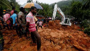 Les secours tentent de retrouver des victimes d'un glissement de terrain dans le village de Bellana, au Sri Lanka, le 26 mai 2017. (DINUKA LIYANAWATTE / REUTERS)