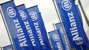 Des drapeaux portant le sigle de l'assureur allemand Allianz, le 7 mai 2014 à Munich (Allemagne). (ANDREAS GEBERT / DPA / AFP)