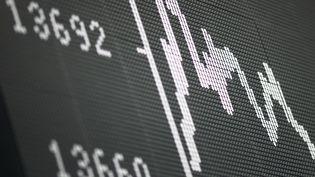 La Bourse de Paris a dévissé (-3,94%), lundi 24 février, ainsi que plusieurs bourses européennes. (DANIEL ROLAND / AFP)