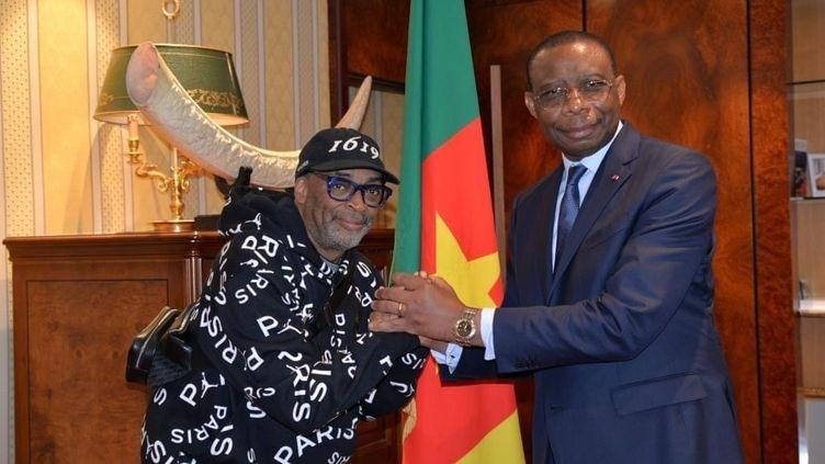 Le réalisateur américain Spike Lee et l'ambassadeur du Cameroun en France, André-Magnus Ekoumou, le 2 juillet 2021 à Paris. (AMBASSADE DU CAMEROUN EN FRANCE)