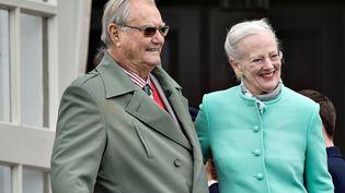 Le prince Henrik de Danemark avec son épouse la reine Margrethe II en 2017 à Aarhus (Danemark). (SCANPIX DENMARK / AFP)