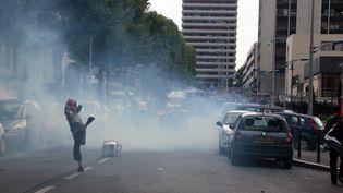 Un homme jette une pierre à Sarcelles, dans la banlieue de Paris, le 20 juillet 2014. (JACQUES DEMARTHON / AFP)