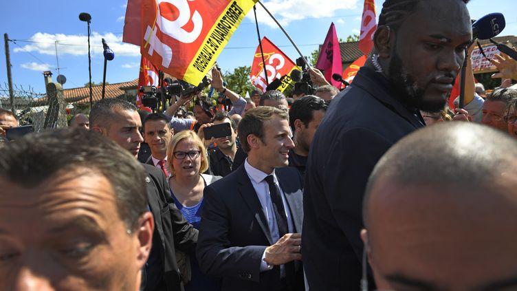 Emmanuel Macron accueilli par des militants syndicaux lors de son arrivée dans une verrerie à Albi (Tarn), le 4 mai 2017. (ERIC FEFERBERG / AFP)