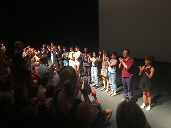 """Le spectacle """"Le présent qui déborde - Notre Odyssée II"""" de Chritsiane Jatahy a été ovationné : ici au moment des saluts. (LORENZO CIAVARINI AZZI / FRANCEINFO CULTURE)"""
