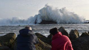 Mieux vaut contempler le spectacle à l'abri, comme ces deux personnes le font dans le Finistère. (MAXPPP)