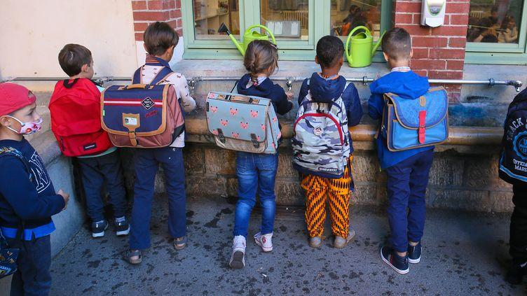 Des enfants se lavent les mains dans une école à Valence (Drôme), le 1er septembre 2020. (NICOLAS GUYONNET / HANS LUCAS / AFP)