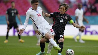 L'Anglais Mason Mount au contact du Croate Luka Modric, lors d'Angleterre-Croatie de l'Euro le 13 juin 2021. (FRANK AUGSTEIN / POOL/AFP)