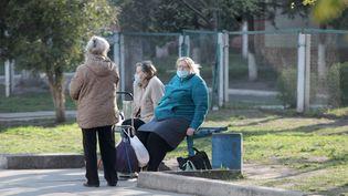 Des personnes âgées, munies de masques, dans la rue à Kiev (Ukraine) le 10 avril 2020. (UKRINFORM / MAXPPP)
