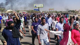 Des manifestants défilent dans le centre de Khartoum pour demander le départ du président Omar el-Béchir, le 6 avril 2019. (AFP)
