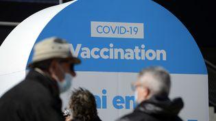 Un centre de vaccination géant ouvert dans les salons du stade Orange Vélodrome à Marseille le 15 mars 2021. (PENNANT FRANCK / MAXPPP)